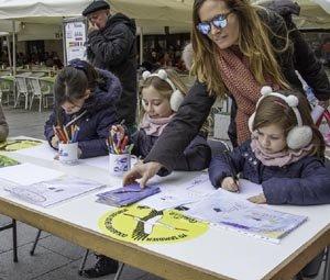 Escolares riberos participando con sus dibujos en el bienvenida