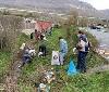 Voluntarios de Gurelur y de Olazagutia limpian de basura la regata Iturritxo de esta localidad