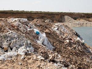 Vertidos contaminantes en la gravera de Mendavia